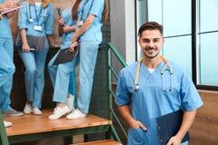Student medycyny z groupmates w uniwersytecie zdjęcia stock