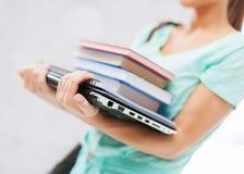 Student met boeken, computer en omslagen Stock Foto's