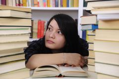 Student met boeken in een bibliotheek Royalty-vrije Stock Foto's