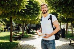 Student met buiten rugzak stock foto