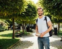 Student met buiten rugzak royalty-vrije stock afbeelding