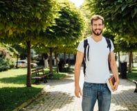 Student met buiten rugzak stock afbeeldingen