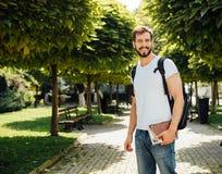 Student met buiten rugzak royalty-vrije stock afbeeldingen