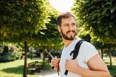 Student met buiten rugzak stock fotografie