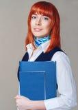 Student met een omslag in witte en blauwe uniformen Royalty-vrije Stock Afbeelding