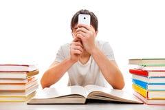 Student met een Telefoon stock afbeeldingen