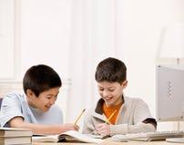 Student met handboeken die friend do homework helpen Stock Afbeeldingen