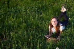 Student met het boek Royalty-vrije Stock Afbeelding