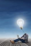 Student met lamp hoofd gebruikende laptop Stock Foto's