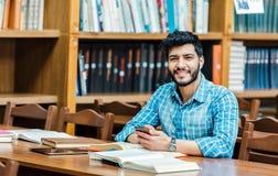 Student met telefoon stock afbeeldingen