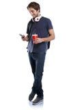 Student met van de de drank jonge mens van de smartphonekola volledig het lichaamsportret royalty-vrije stock fotografie