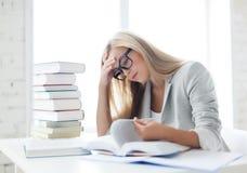 Student mit Büchern und Anmerkungen Stockbild