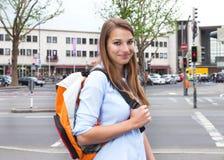 Student mit dem blonden Haar in der Stadt, die Kamera betrachtet Lizenzfreies Stockbild