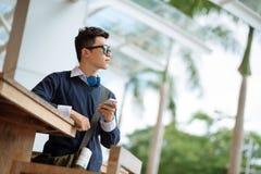 Student mit einem Mobiltelefon Stockfoto