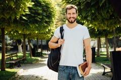 Student mit Rucksack draußen lizenzfreie stockfotografie