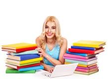 Student mit Stapelbuch. lizenzfreies stockfoto