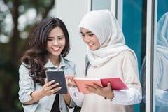 Student mit zwei Asiaten, der auf dem Campus studiert Stockbilder
