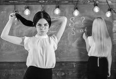 Student- och deltagare i utbildningbegrepp Attraktiva kvinnor som förbereder sig för kurs Studenten lärare i glasögon står i klas arkivbild
