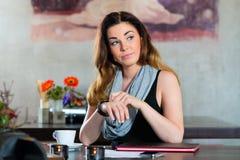 Student oder Geschäftsfrau, die in Café warten Lizenzfreie Stockfotos