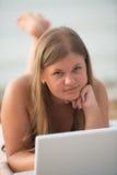 Student op het strand royalty-vrije stock fotografie