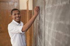 Student på den svart tavlan royaltyfri bild