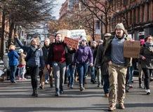 Student Protest på gator av i stadens centrum Troy, New York Arkivbild