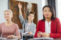 Student Raising Hand i grupp arkivbild