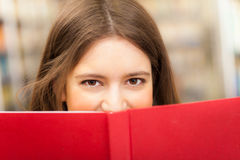 Student reading a book Royalty Free Stock Photos