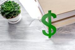 Student ` s Schreibtisch mit Dollarzeichen für gesetzten grauen Hintergrund der zahlenden Bildung Stockbild