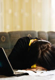 Student schlafend am Computer Stockfotos
