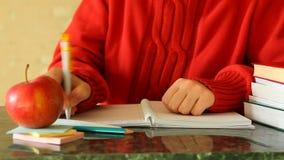 Student schreibt in Notizbuch als Bildungskonzept stock video