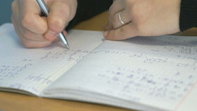 Student schreibt Text in ein Notizbuch nahaufnahme stock footage