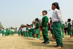Student sind bereit, das Löffelrennen zu beginnen so stehen sie in einer Linie Stockfoto