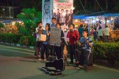 Student singen ein Lied für Spende in der Messe auf städtischem von Thailand Stockfoto
