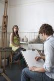 Student Sketching Model In Art Class Royalty-vrije Stock Afbeeldingen