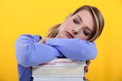 Student in slaap op haar boeken Royalty-vrije Stock Foto