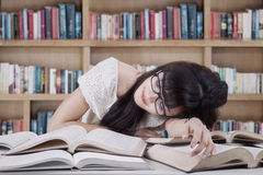 Student sleeping and dreaming in the library Royalty Free Stock Photos