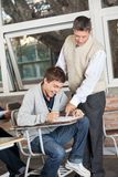 Student Smiling While Teacher die Test binnen verklaren royalty-vrije stock foto's