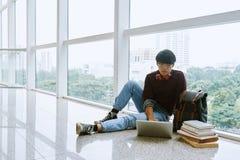 Student som arbetar på datoren fotografering för bildbyråer