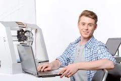 Student som arbetar på ett projekt Arkivbild