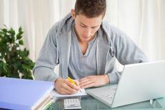 Student som gör hans läxa Arkivfoton