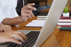 Student som handleder att undervisa lära utbildningsbegrepp arkivbild