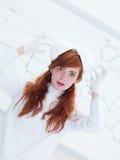 Student som har gyckel i kemilabb Arkivfoto