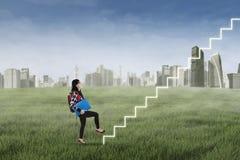 Student som kliver upp på trappuppgång Arkivfoton