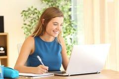 Student som lär göra läxa på linje royaltyfri bild
