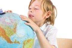 Student som lär geografi med jordklotet fotografering för bildbyråer