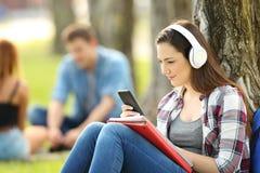 Student som lär på linje med hörlurar royaltyfria foton