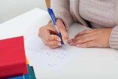 Student som löser matematikproblemen Arkivbild
