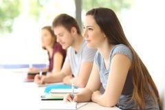 Student som lyssnar till en kurs i ett klassrum Arkivfoton