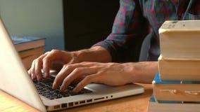 Student som skriver bort på en bärbar dator stock video